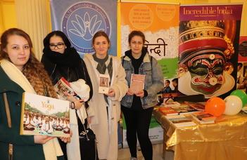Rengeteg középiskolás érdeklődőt vonzottak az indológus programok az idei nyílt napon.